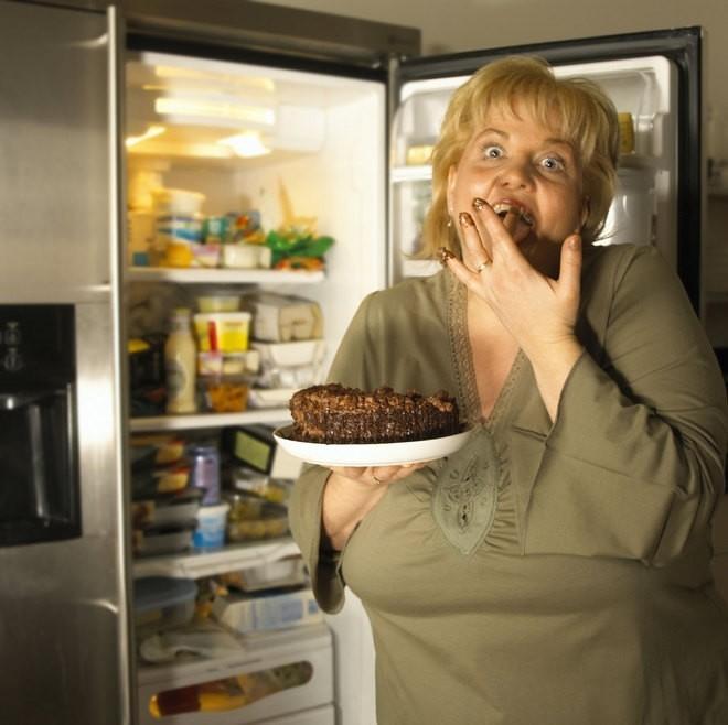 Женщина поглощает торт