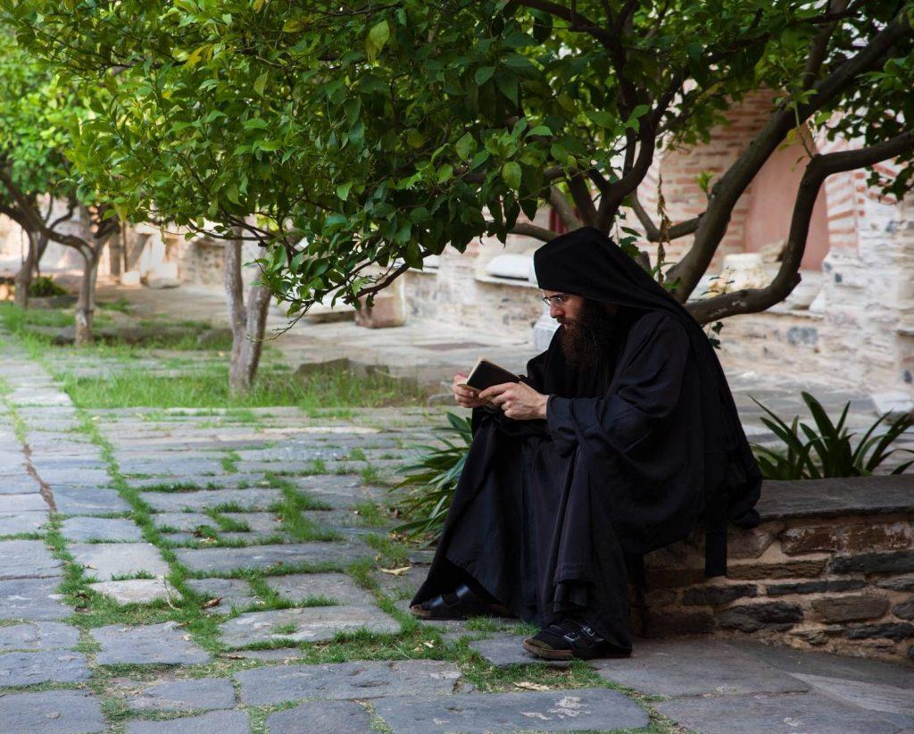монах читает под деревом